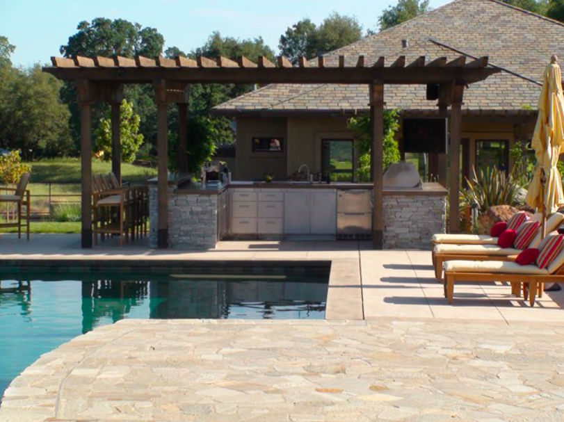Resort-style landscape in Sierra foothills